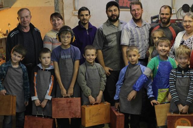 Обучение закончила первая группа мальчишек, начала вторая.