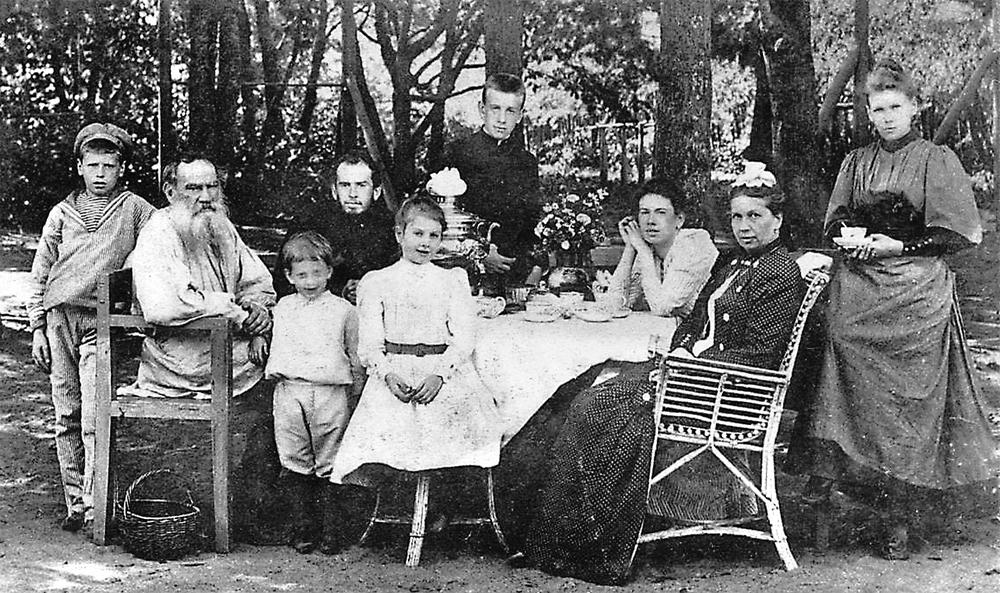 Лев Толстой в кругу семьи, 1892 г.