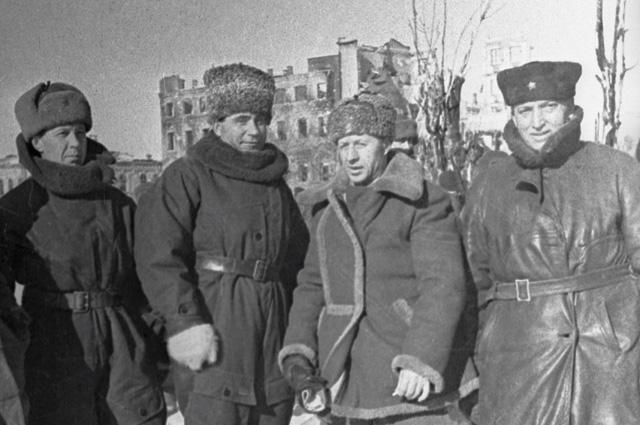 Генерал Александр Родимцев (2 справа). Сталинград, 5 января 1943 г.