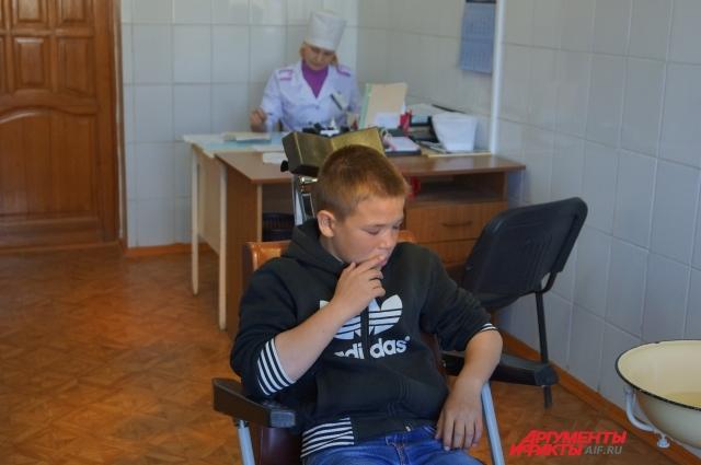Светлана следит за каждым движением и взглядом врача, чтобы вовремя оказать первую помощь