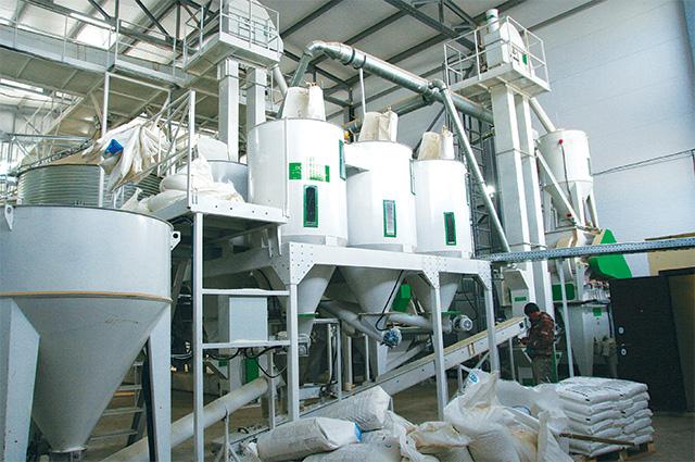 Мощность нового комбикормового завода – 100 тонн в смену.