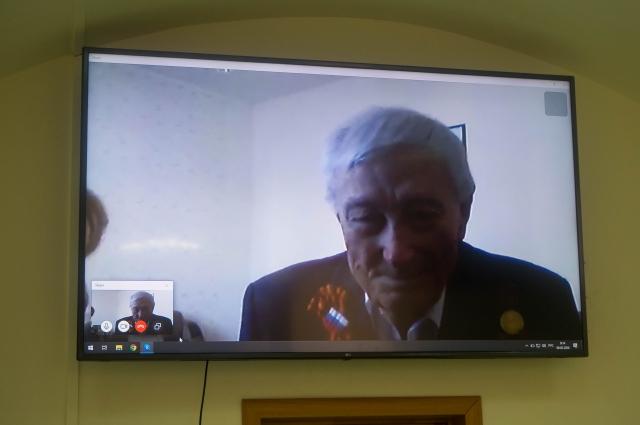 В связи с введением карантинных мер в поселке, партийное руководство решило поздравить ветерана по видеосвязи.