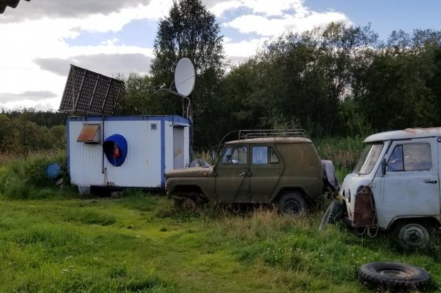 В селенье есть таксофон.
