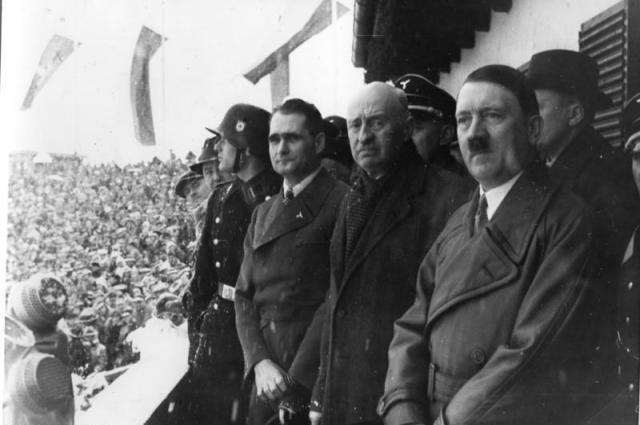 Рудольф Гесс, Анри де Байе-Латур и Адольф Гитлер на церемонии открытия зимних Олимпийских игр 1936 года. Гармиш-Партенкирхен, 6 февраля 1936 г.
