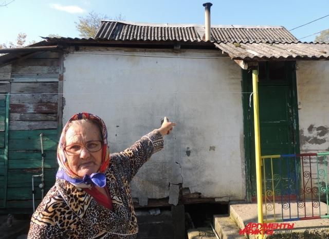 Пенсионерка Мария Равченко показывает свой старый дом