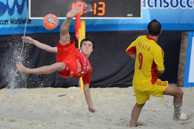 Кирилл Романов в матче пятого этапа Евролиги-2013 по пляжному футболу между сборными командами России и Румынии