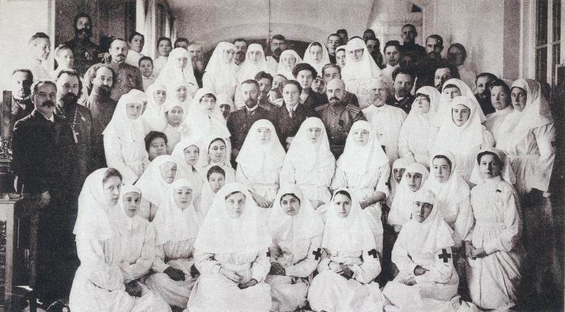В центре справа налево Е. С. Боткин, В. И. Гедройц, С. Н. Вильчиковский. На переднем плане императрица Александра Фёдоровна с великими княжнами Татьяной и Ольгой