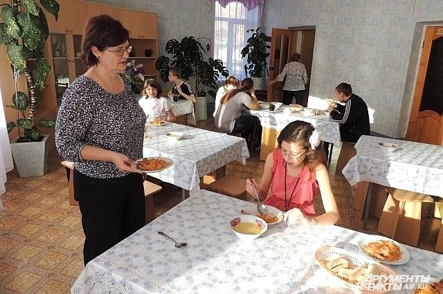 В столовой дети едят быстро, надо успеть подать второе, а то перебьют аппетит компотом и не дотронутся к гарниру, - говорит воспитатель