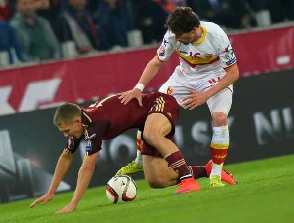 Игрок сборной России Олег Шатов (слева) и игрок сборной Черногории Младен Кашчелан.