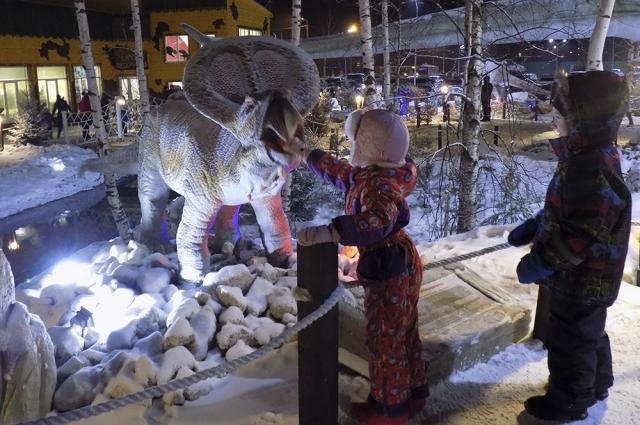 Дети совсем не боятся динозавров.