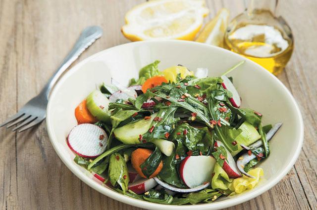 Лёгкий салат с редисом и шпинатом