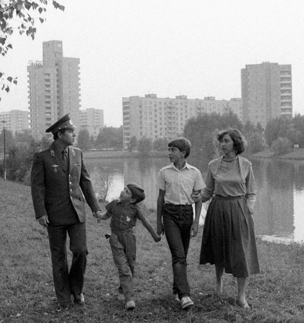 Летчик-космонавт СССР Александр Волков с женой и детьми. 1985 год
