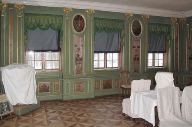 В «Зелёном кабинете» стены украшают панно из ореха.