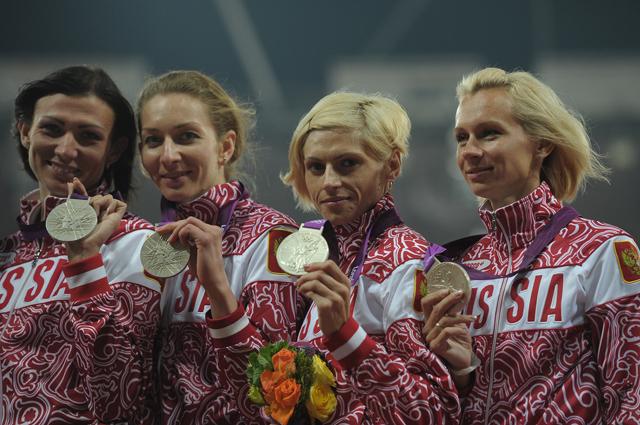 Российская сборная в составе Натальи Антюх, Юлии Гущиной, Антонины Кривошапка и Татьяны Фировой, завоевавшая серебряную медаль в эстафете 4 х 400 м на финальных соревнованиях по легкой атлетике на XXX летних Олимпийских играх в Лондоне, на церемонии награ