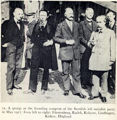 Ганецкий (крайний слева) и Радек (рядом с ним) с группой шведских социал-демократов. Стокгольм, май 1917 год.