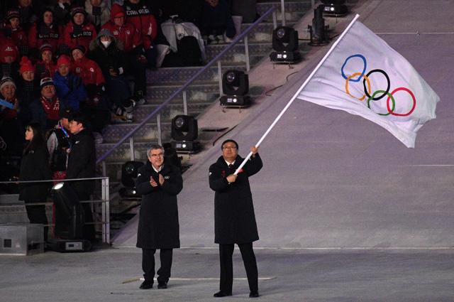 Мэр Пекина Чэнь Цзинин и президент Международного олимпийского комитета (МОК) Томас Бах во время передачи олимпийского флага на церемонии закрытия XXIII зимних Олимпийских игр в Пхенчхане.