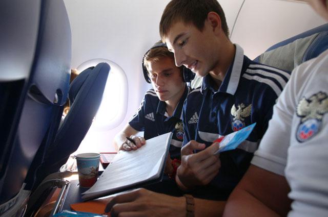 Игроки юношеской сборной России по футболу, завоевавшей первое место на Чемпионате Европы, Антон Митрюшкин и Александр Лихачёв