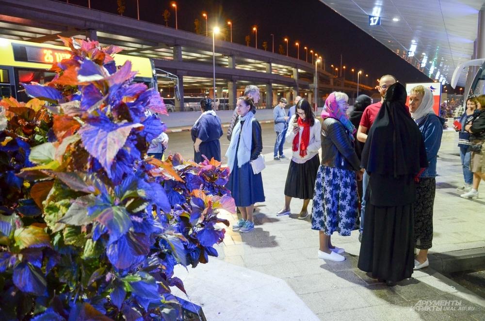 В ожидании задержанных паломников в аэропорту «Бен Гурион».