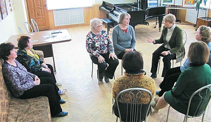 Любовь Левина Каждое занятие в клубе включает в себя три части: возрастную гимнастику, уроки сцены, психологические игры.