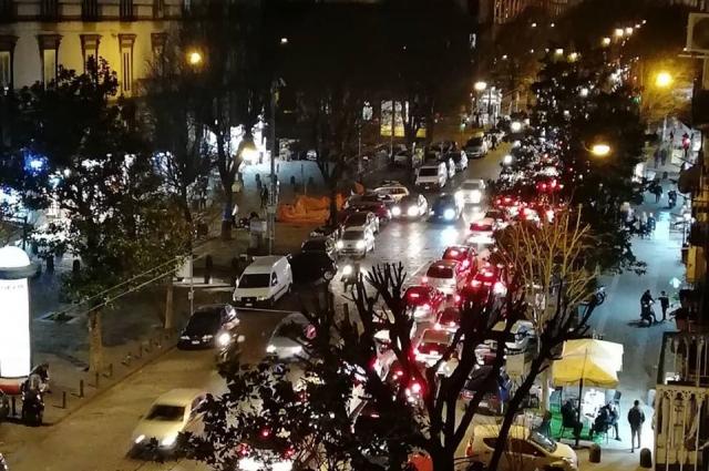 Ночной Неаполь - в основном жизнь здесь идёт в обычном режиме.