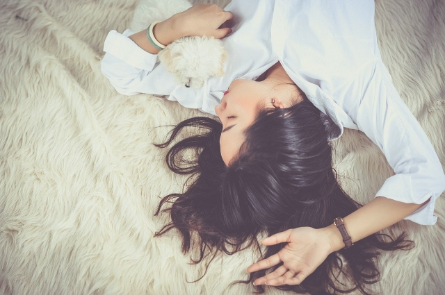 Ведь гормон роста, который вырабатывается в фазе глубокого сна, влияет на похудение.