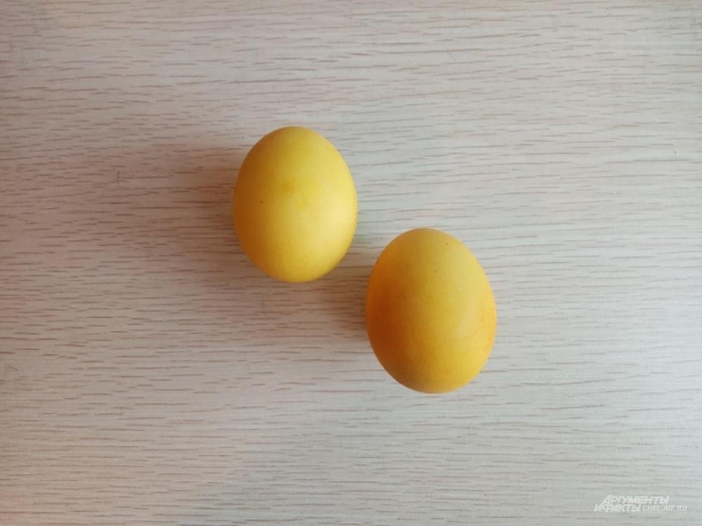 Куркума придаёт скорлупе яркий жёлтый цвет.