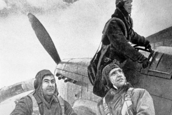 Летчики готовятся к боевому вылету. Крайний слева - Алексей Маресьев, 1944 год