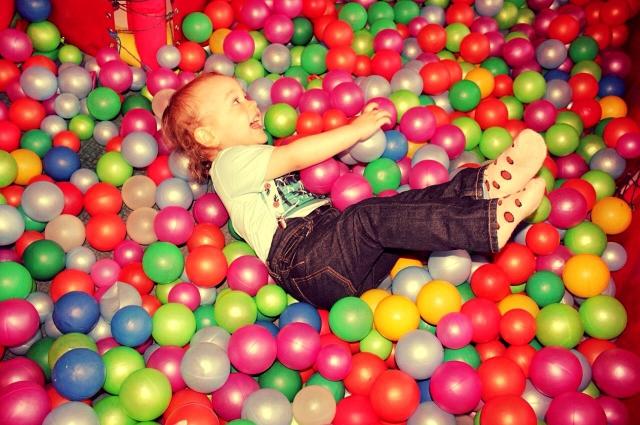Катя частенько водила Сашу в игровые комнаты, малыш был в восторге