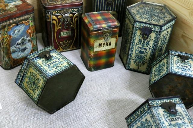 Упаковки из-под шоколада использовались для хранения продуктов.