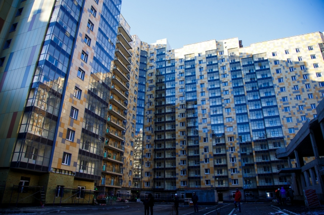 При строительстве применяются композитные панели, создающие «золотой», сверкающий фасад.