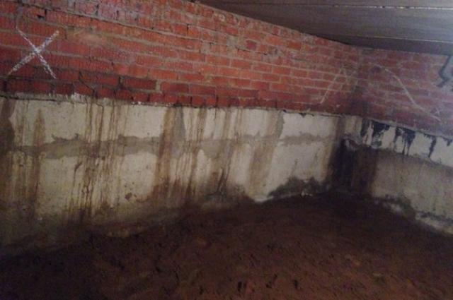 Вода сочится из стен.