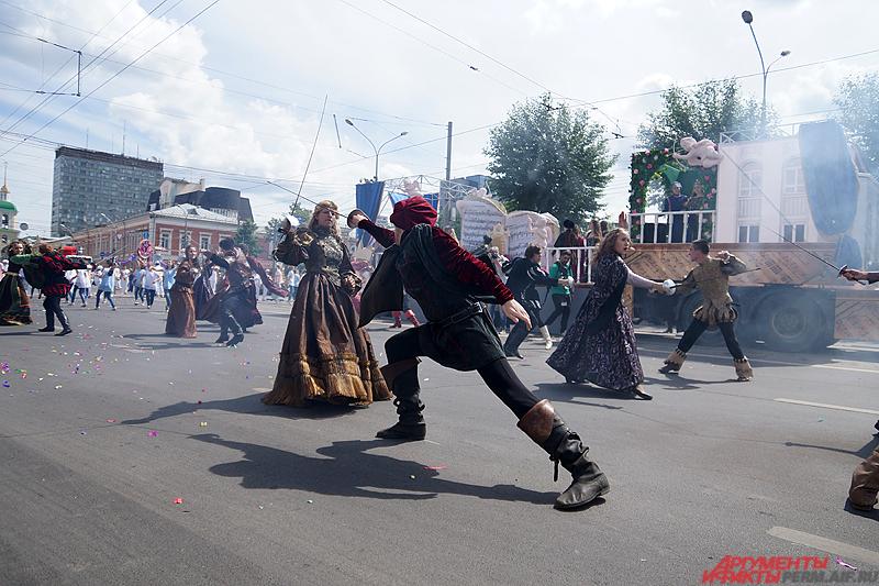 На улице Ленина стартовал карнавал «Пермское яркое».