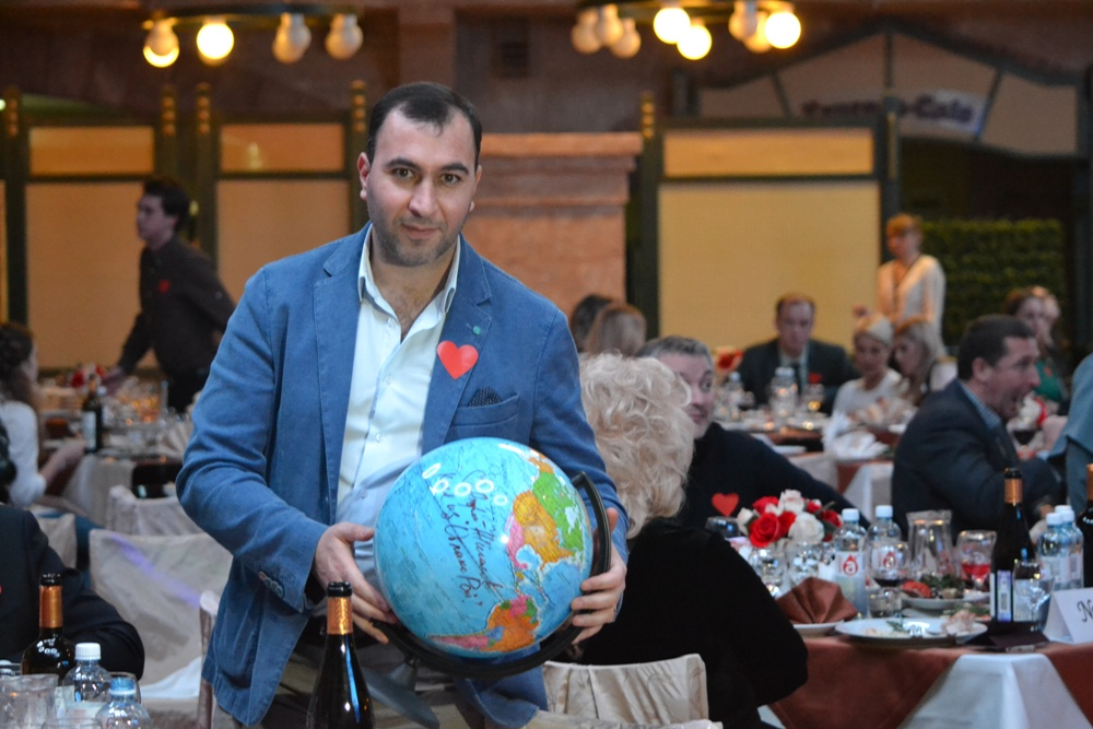 Одним из лотов благотворительного аукциона стал глобус,