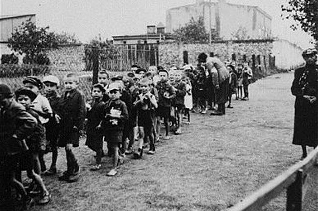 Дети, отобранные для депортации в Германию