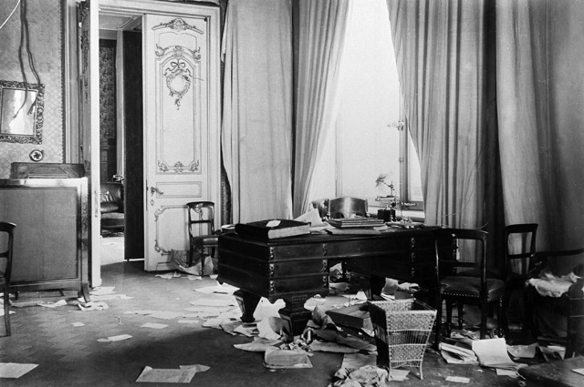 Комната Зимнего дворца после штурма. Петроград. 1917 год.