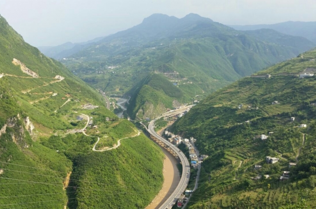 Труднее всего было крутить педали в Китае - по опасным хайвеям и через перевалы.