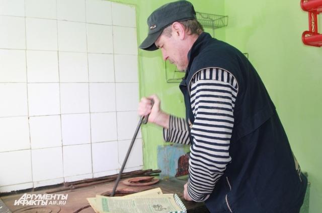 Игорь Моисеев отапливает квартиру углём, хотя есть центральное отопление.