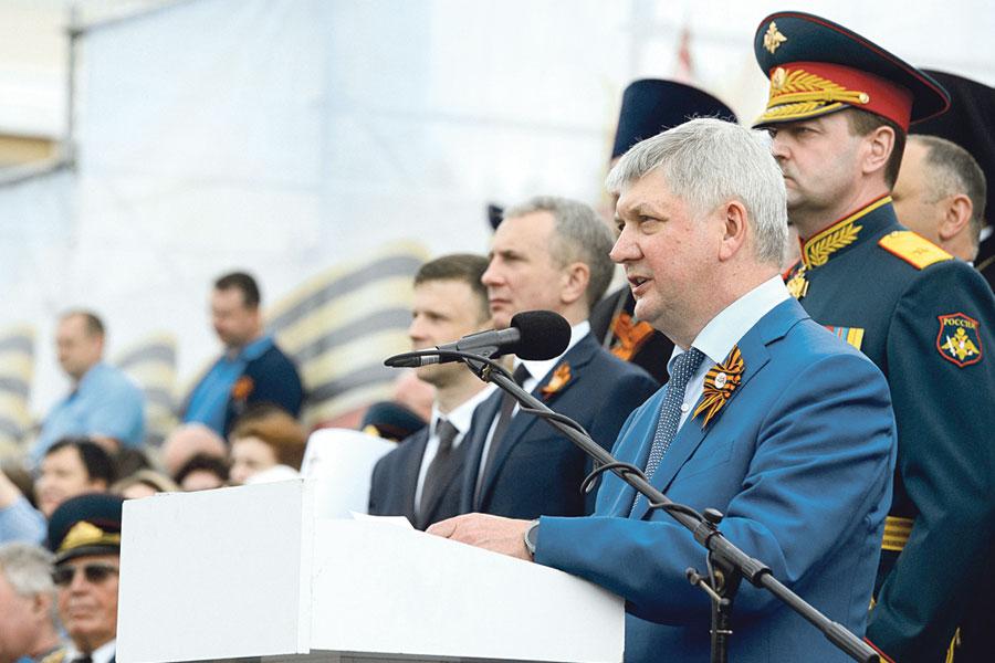 Александр Гусев с трибуны поздравил всех воронежцев с Днём Победы.
