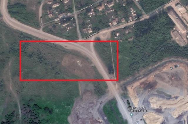 Территория, на которой бушует подземный пожар, находится в непосредственной близости от жилых домов.
