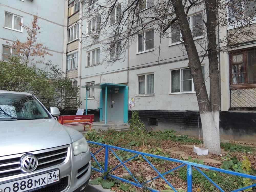 https://static1-repo.aif.ru/1/15/1436029/0cd95d00f059a21833a9e73391e09915.JPG  Квартира находится на первом этаже и давно требует ремонта.