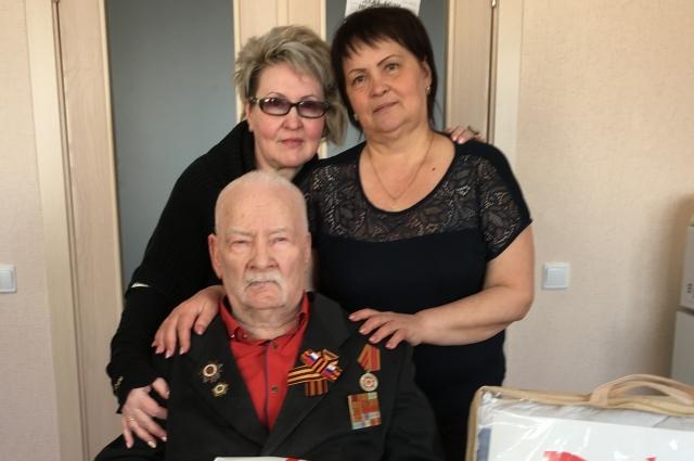 Селивёрст Степанович с дочерьми Мариной (слева) и Раисой.