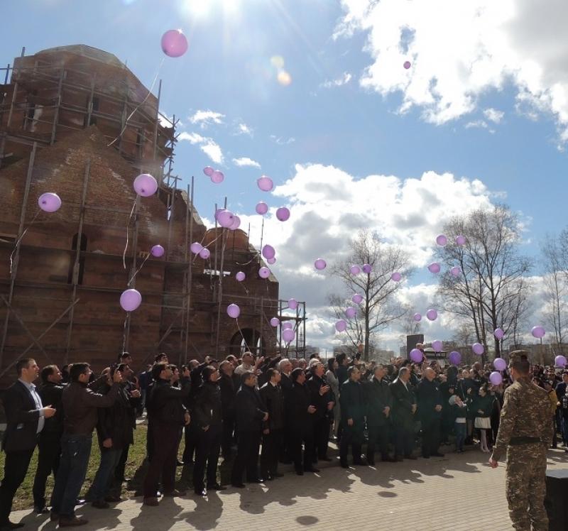 В память о погибших в небо запускают воздушные шары.