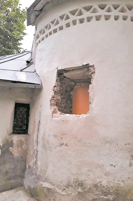 Прорубленное в древней кладке окно, похоже, возмутило и градозащитников, и церковные власти