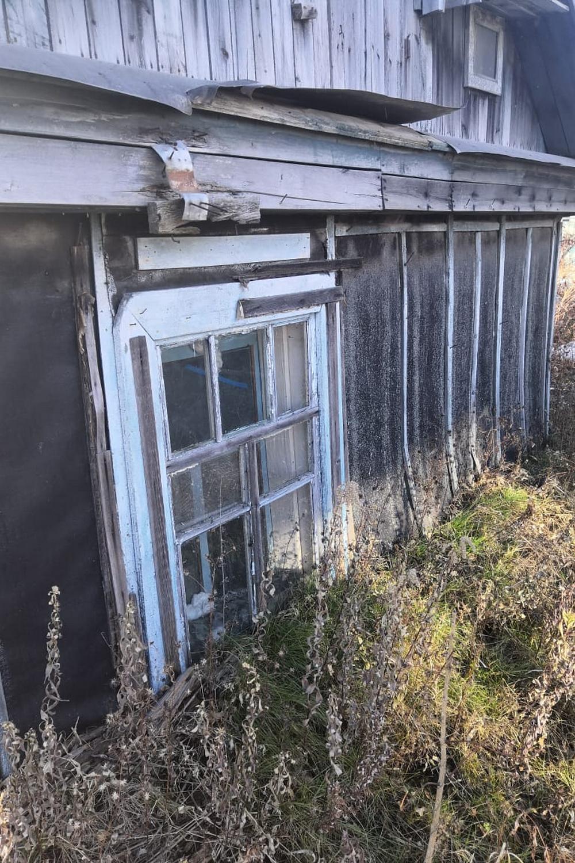 Жильё уходит в грунт по самые окна.