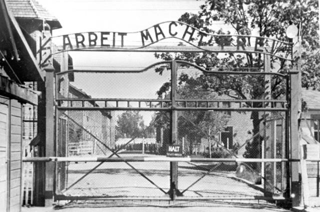 Главный вход на территорию концлагеря Освенцим. Над воротами надпись: Труд освобождает