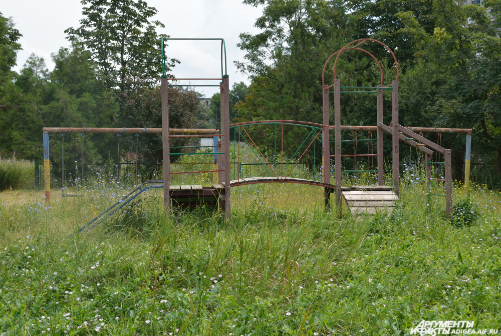 Некоторые площадки в Майкопе полностью заросли.