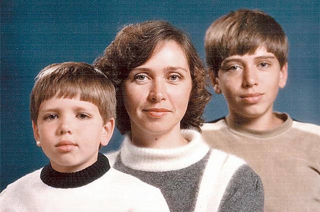 Анна Волкова с сыновьями Дмитрием и старшим - Сергеем, будущим космонавтом.