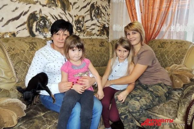 Елена Грабко живёт в колхозном доме с сыном, дочерью, зятем и внуками, поэтому все они тоже могут лишиться единственной крыши над головой.