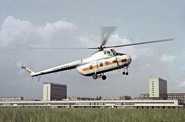 Вертолет Ми-4 приземляется на аэродроме Московского аэровокзала. Ленинградский проспект.