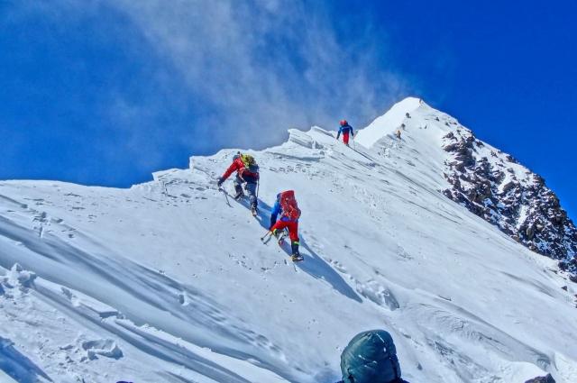Максимальная высота покоренной вершины - 7595 метров ( пик Исмоила Сомони)
